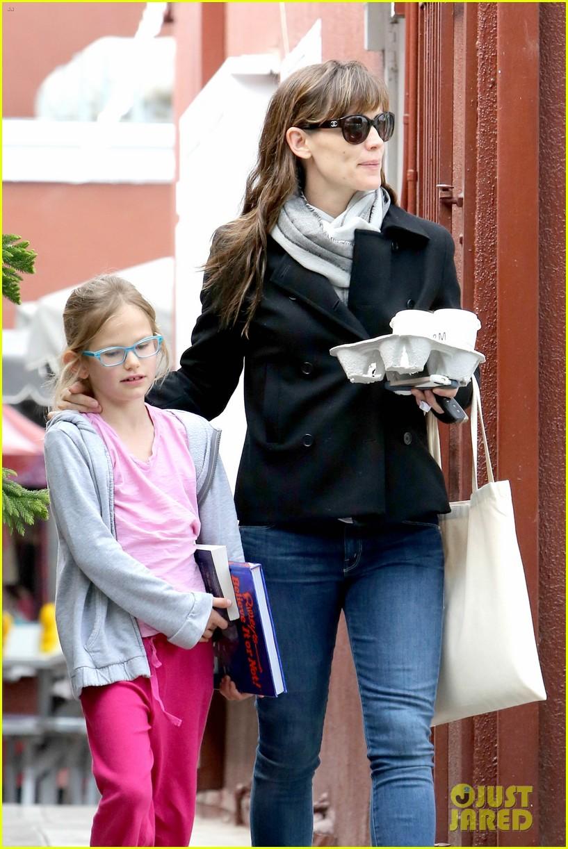 jennifer garner runs errands around town with the kids 11