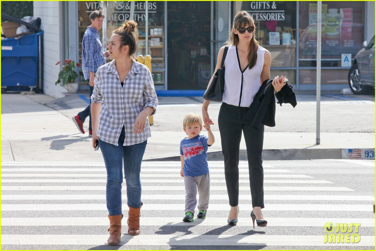 jennifer garner runs errands around town with the kids 143057774