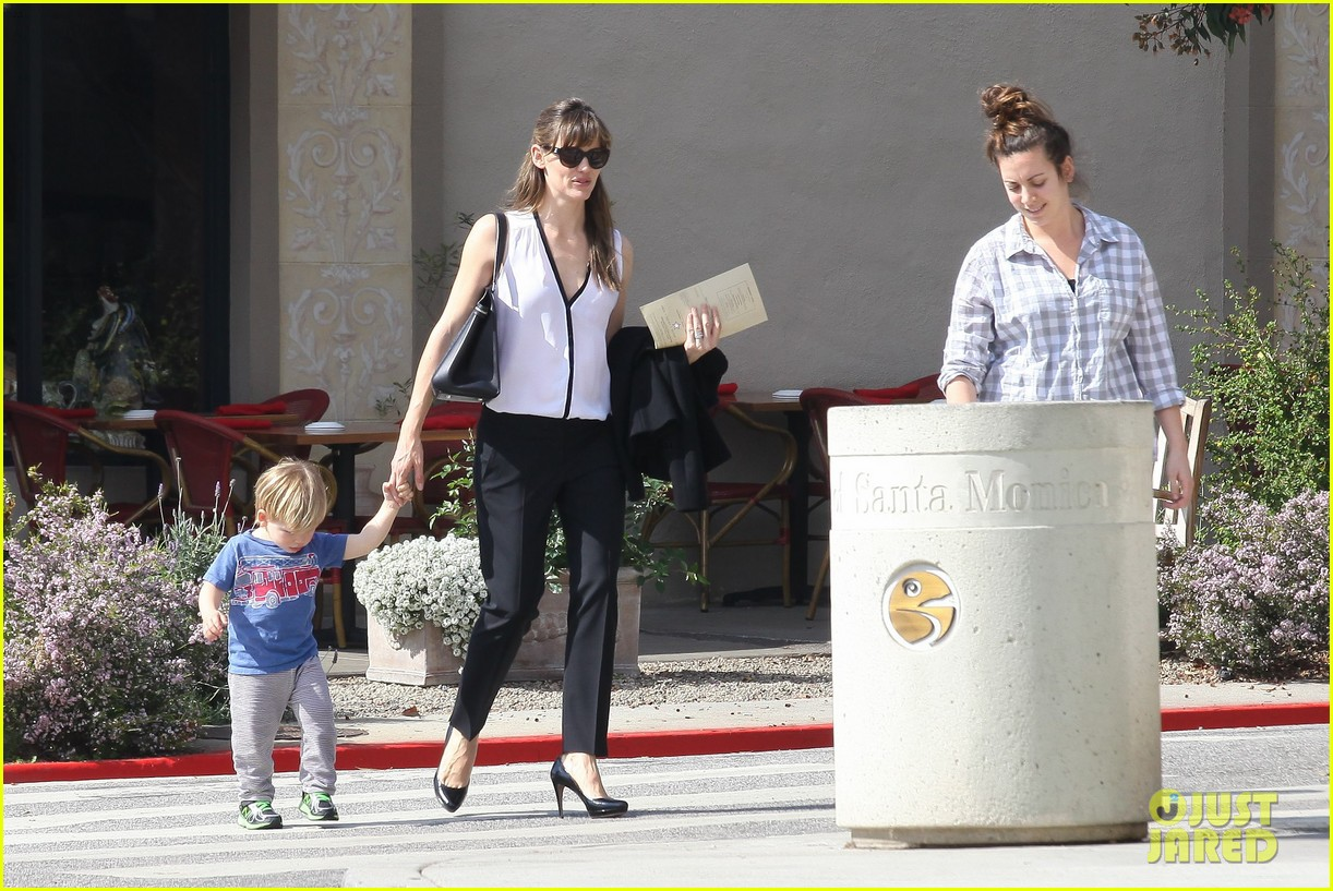jennifer garner runs errands around town with the kids 18