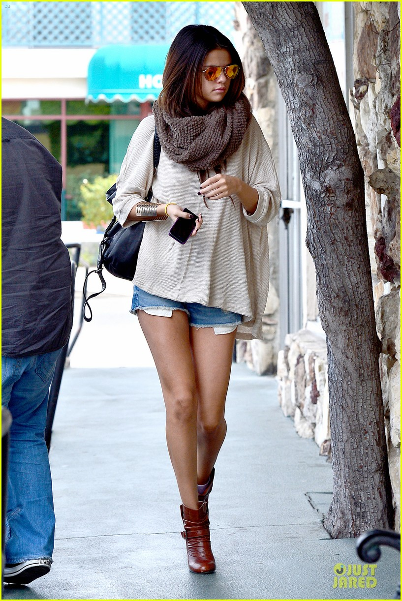 selena gomez rocks daisy dukes for little cafe lunch 033058534