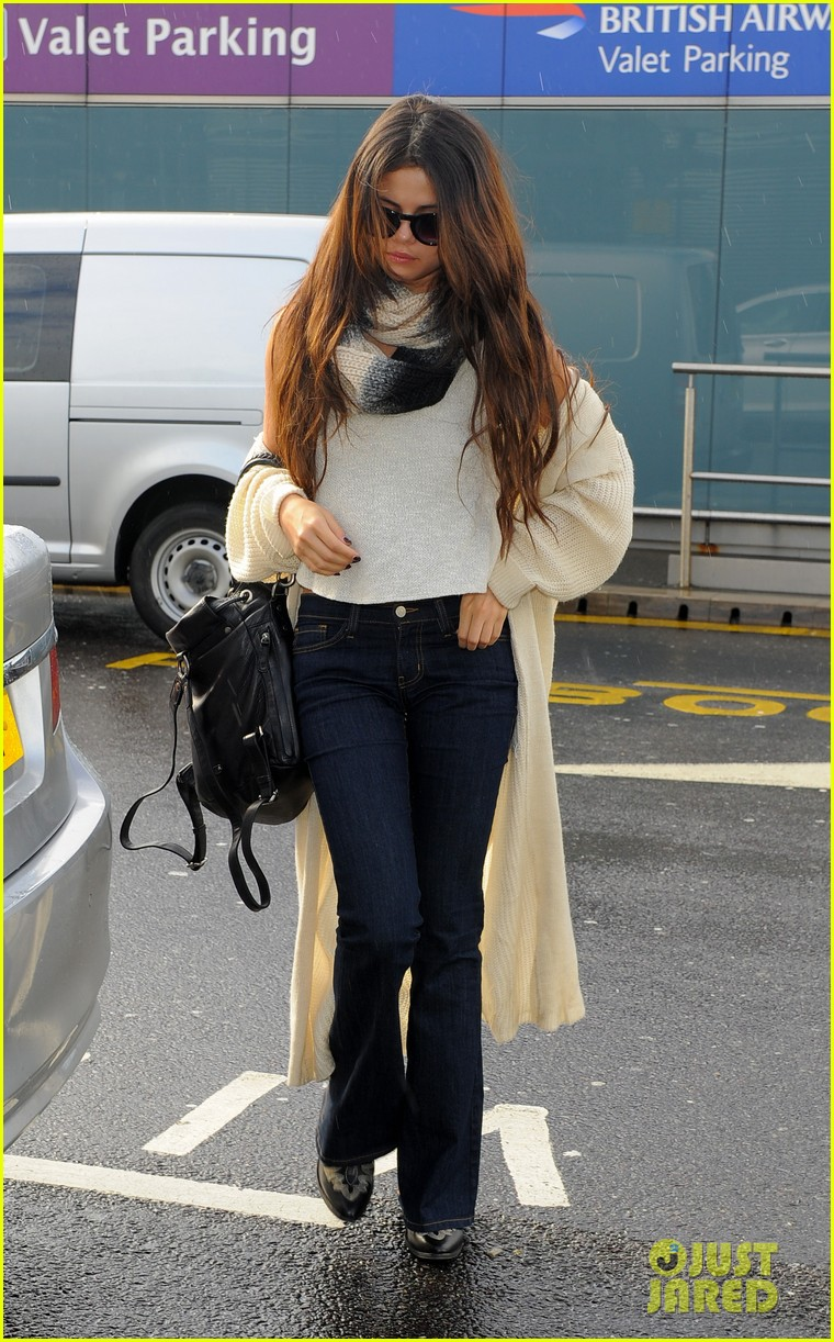 selena gomez leaves london after hanging with niall horan samantha droke 013055645
