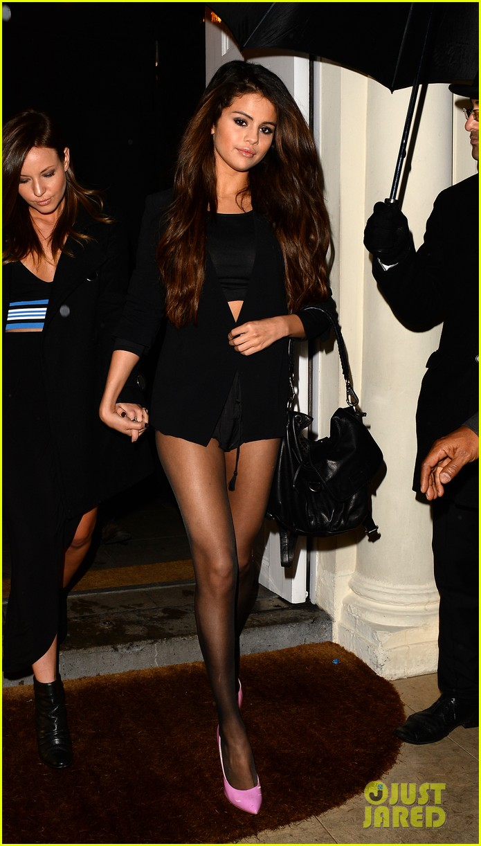 selena gomez shows off legs for days on night out in london 013055270