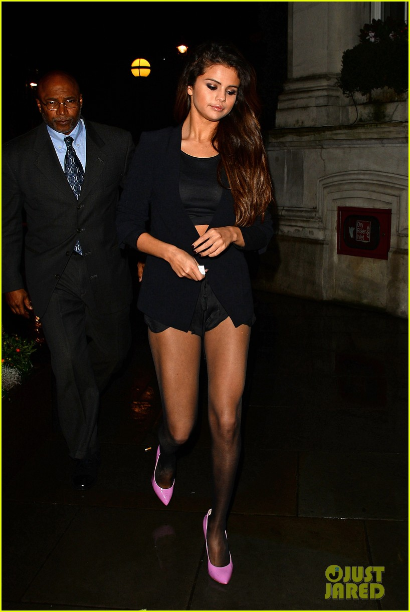 selena gomez shows off legs for days on night out in london 023055271