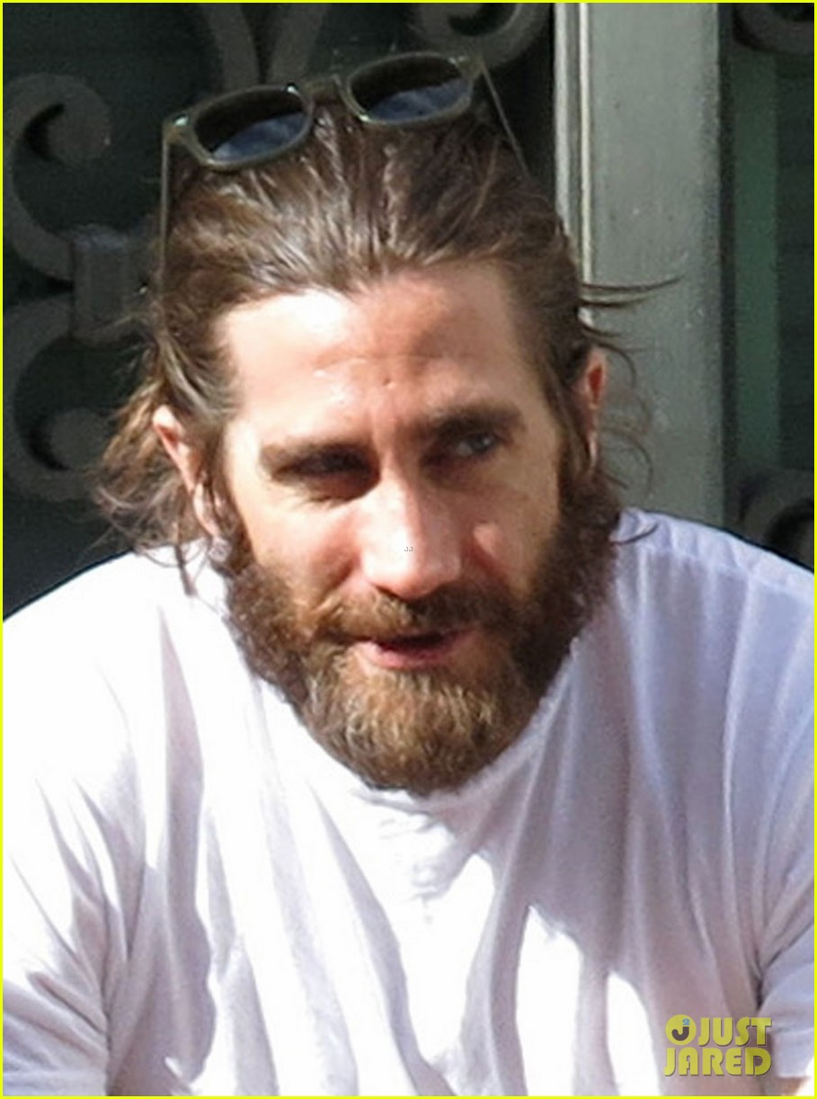 jake gyllenhaal sports very bushy beard in rome 01