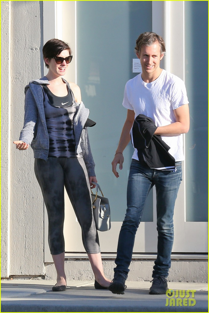 anne hathaway wears her workout gear for friendly visit 01
