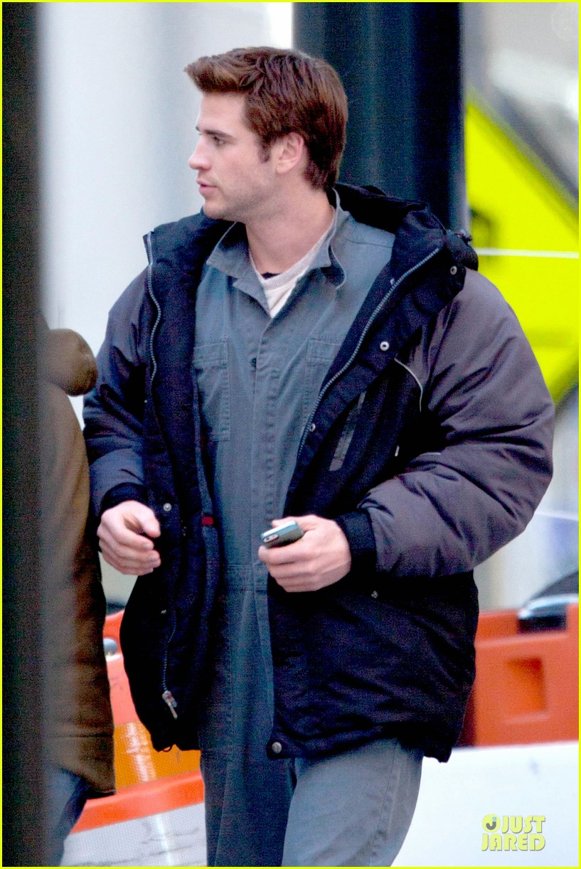 liam hemsworth sam claflin continue mockingjay filming 023045291