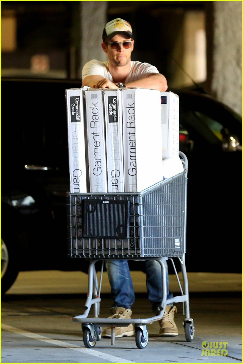 chris hemsworth shops for portable garment racks with mom leoni 05