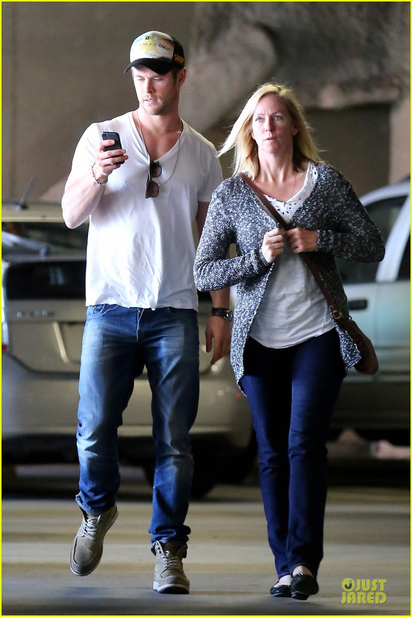 chris hemsworth shops for portable garment racks with mom leoni 09