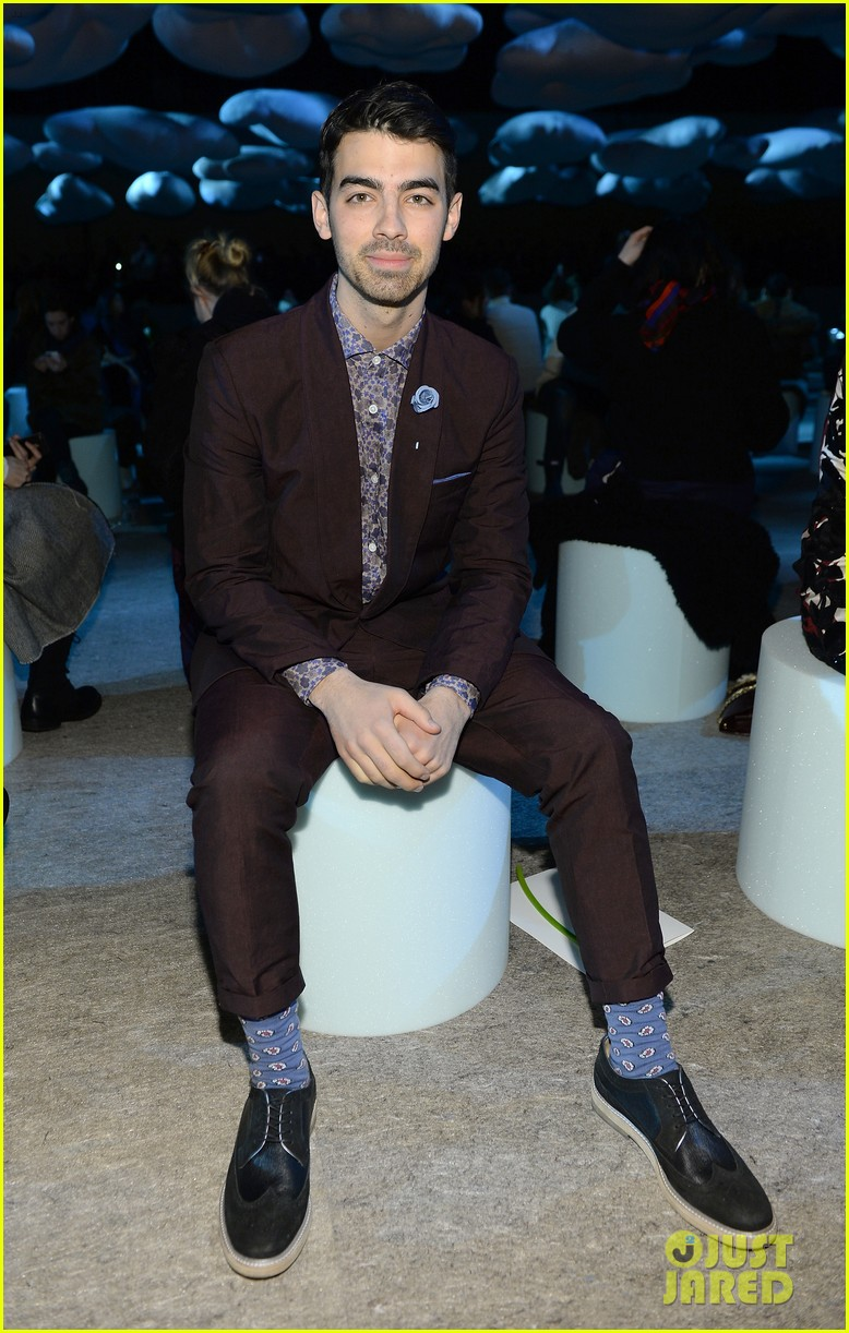 sarah paulson joe jonas end fashion week at marc jacobs 12