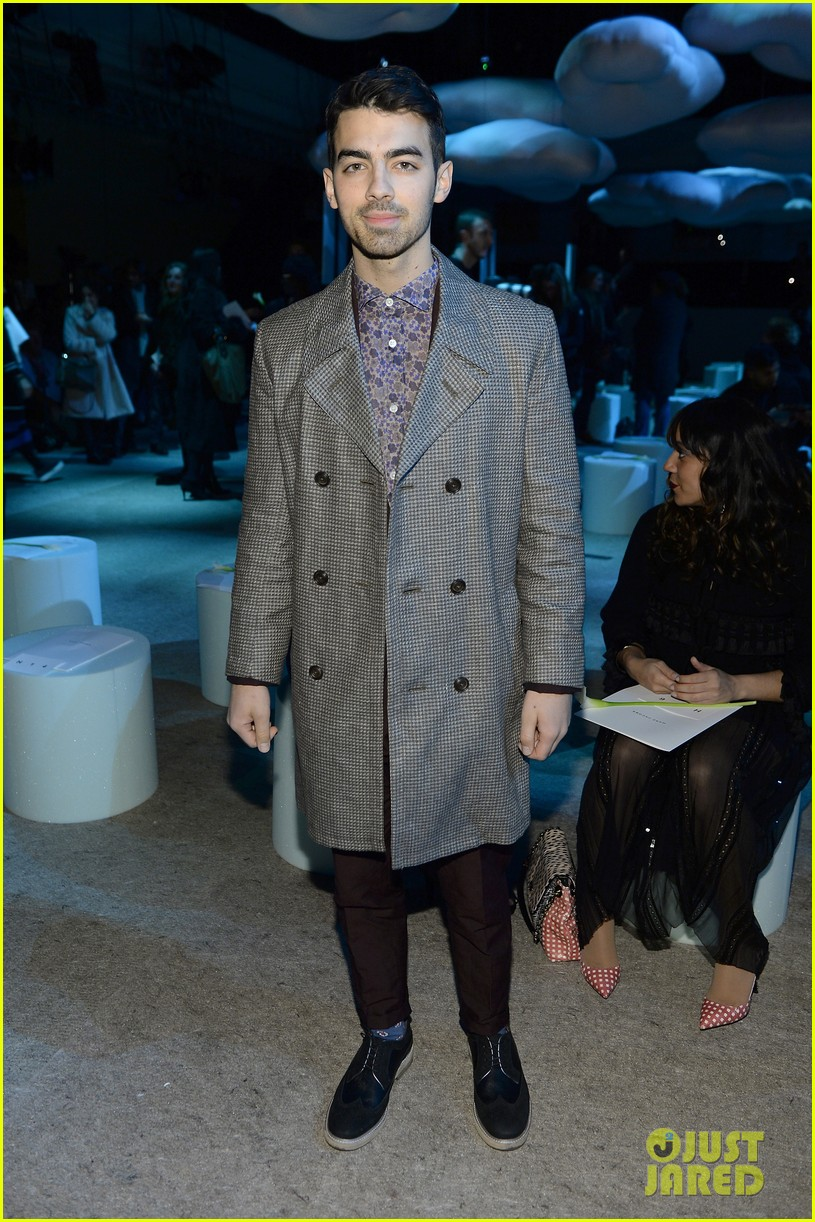 sarah paulson joe jonas end fashion week at marc jacobs 13