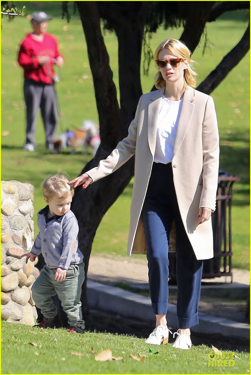 january jones eats broncos peyton manning during super bowl 2014 243047238