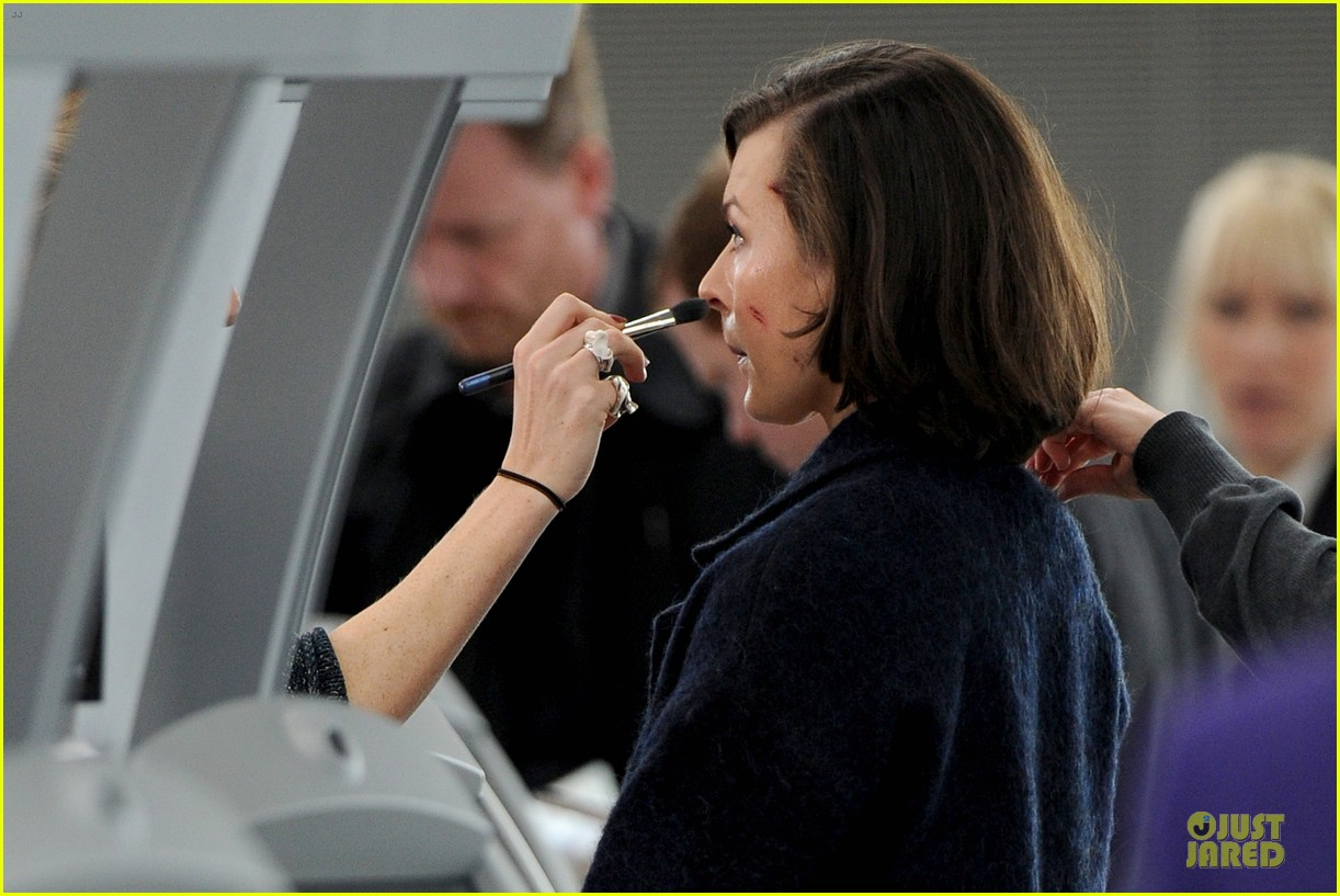 milla jovovich survivor cuts at heathrow airport 09