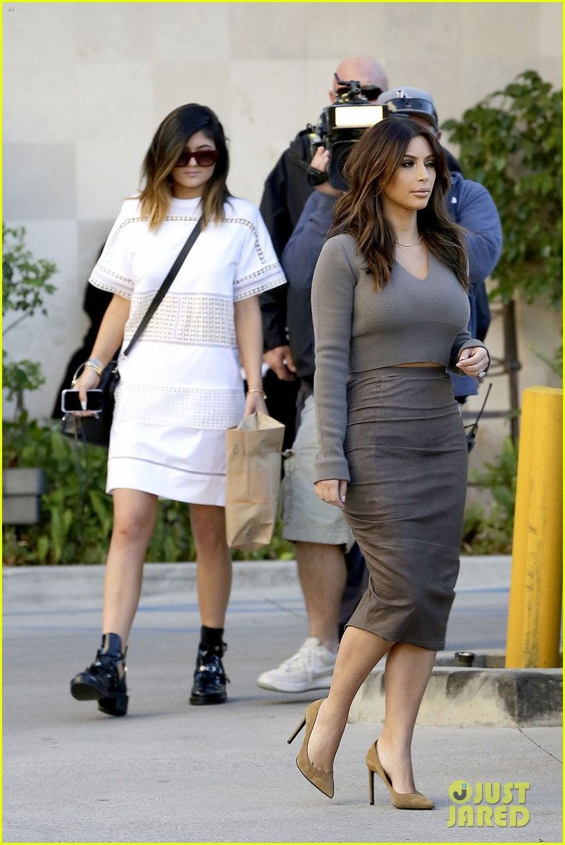 kim kardashian goes back to brunette hair steps out with sisters khloe kylie with new do 03