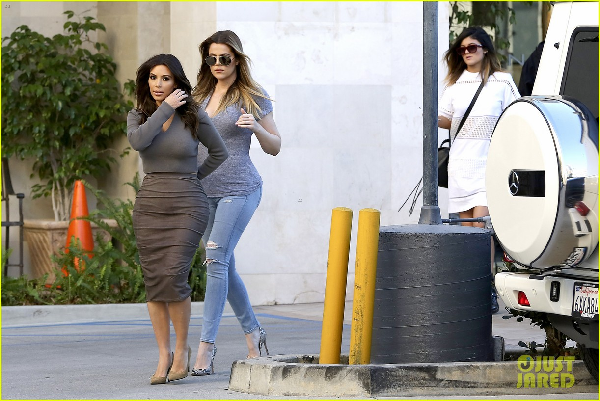 kim kardashian goes back to brunette hair steps out with sisters khloe kylie with new do 09