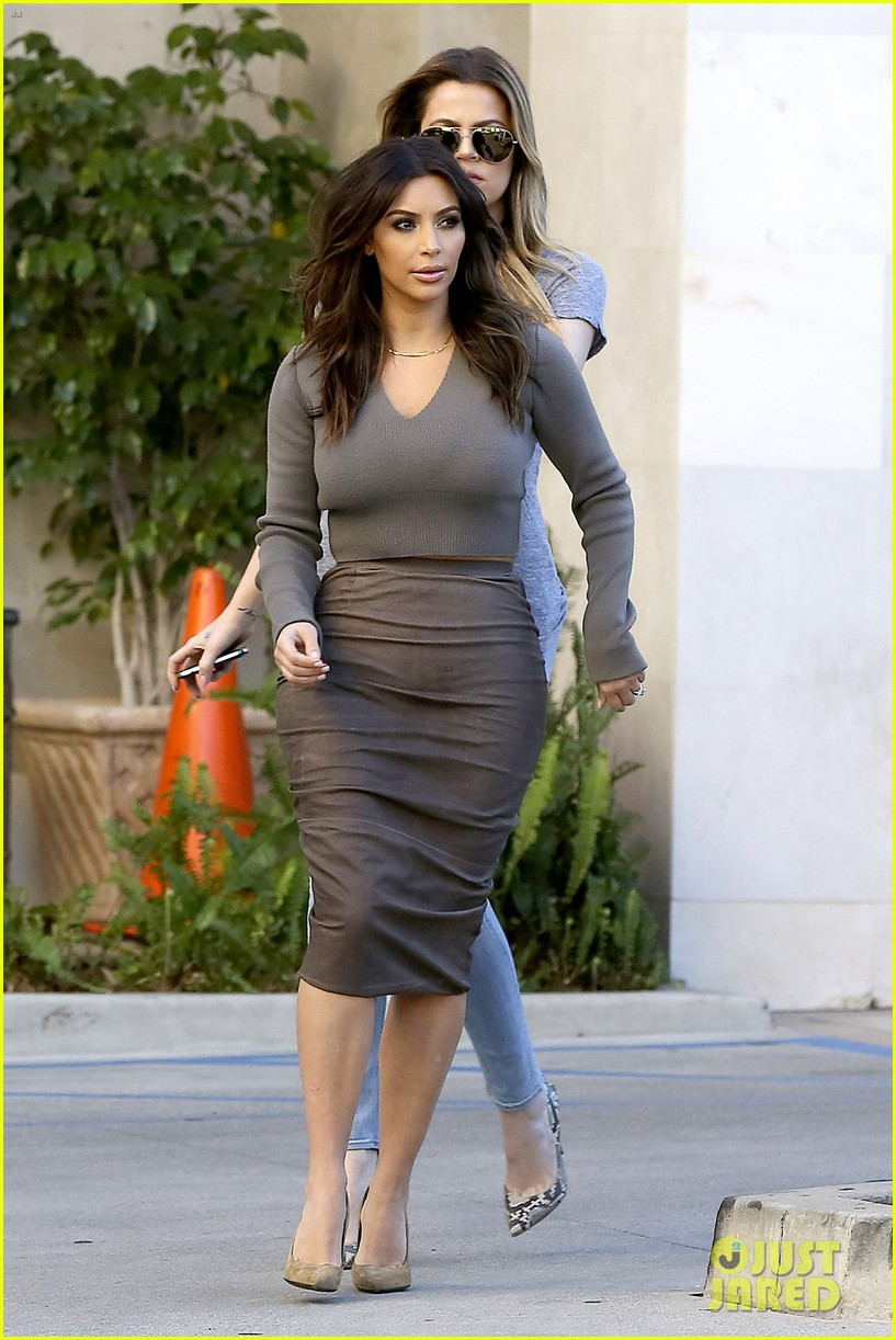 kim kardashian goes back to brunette hair steps out with sisters khloe kylie with new do 18
