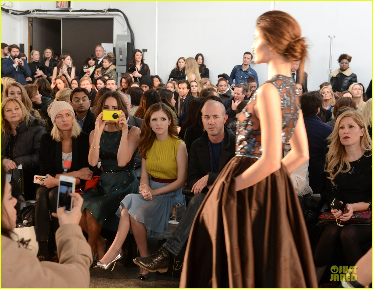 anna kendrick tory burch jenny packham fashion shows 053051494