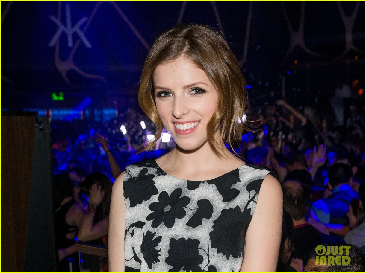anna kendrick miles teller spend evening at hakkasan in las vegas 01