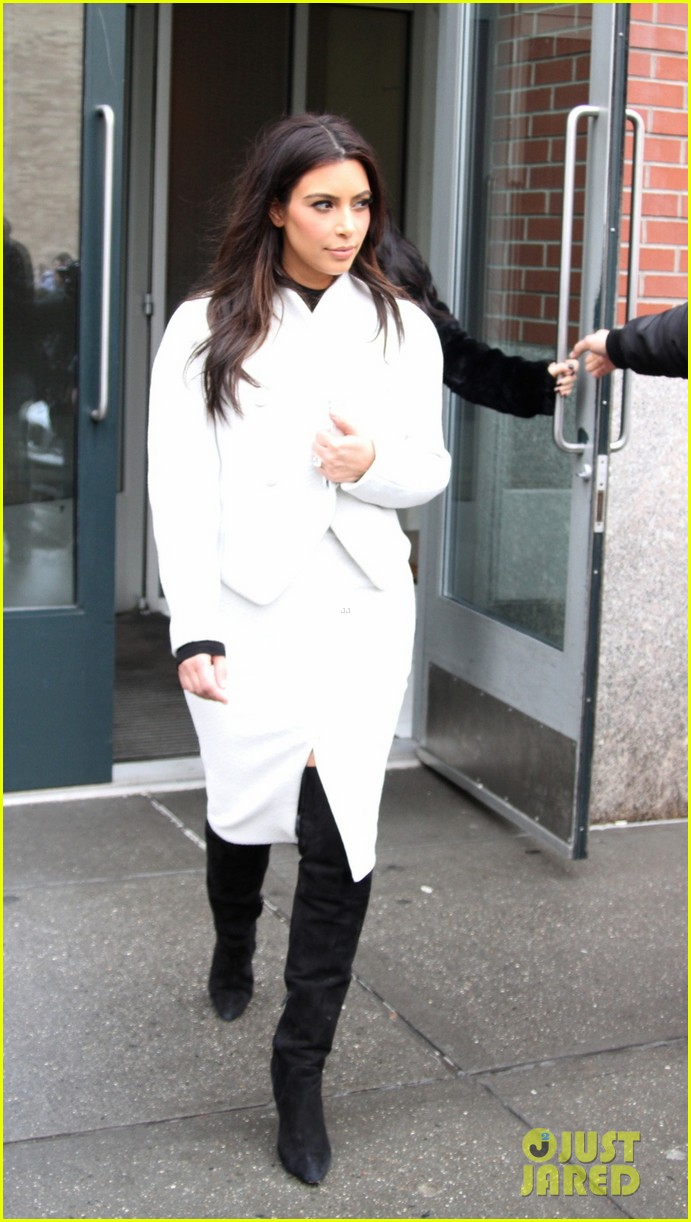 kim kardashian steps out after tonight show surprise appearance 02