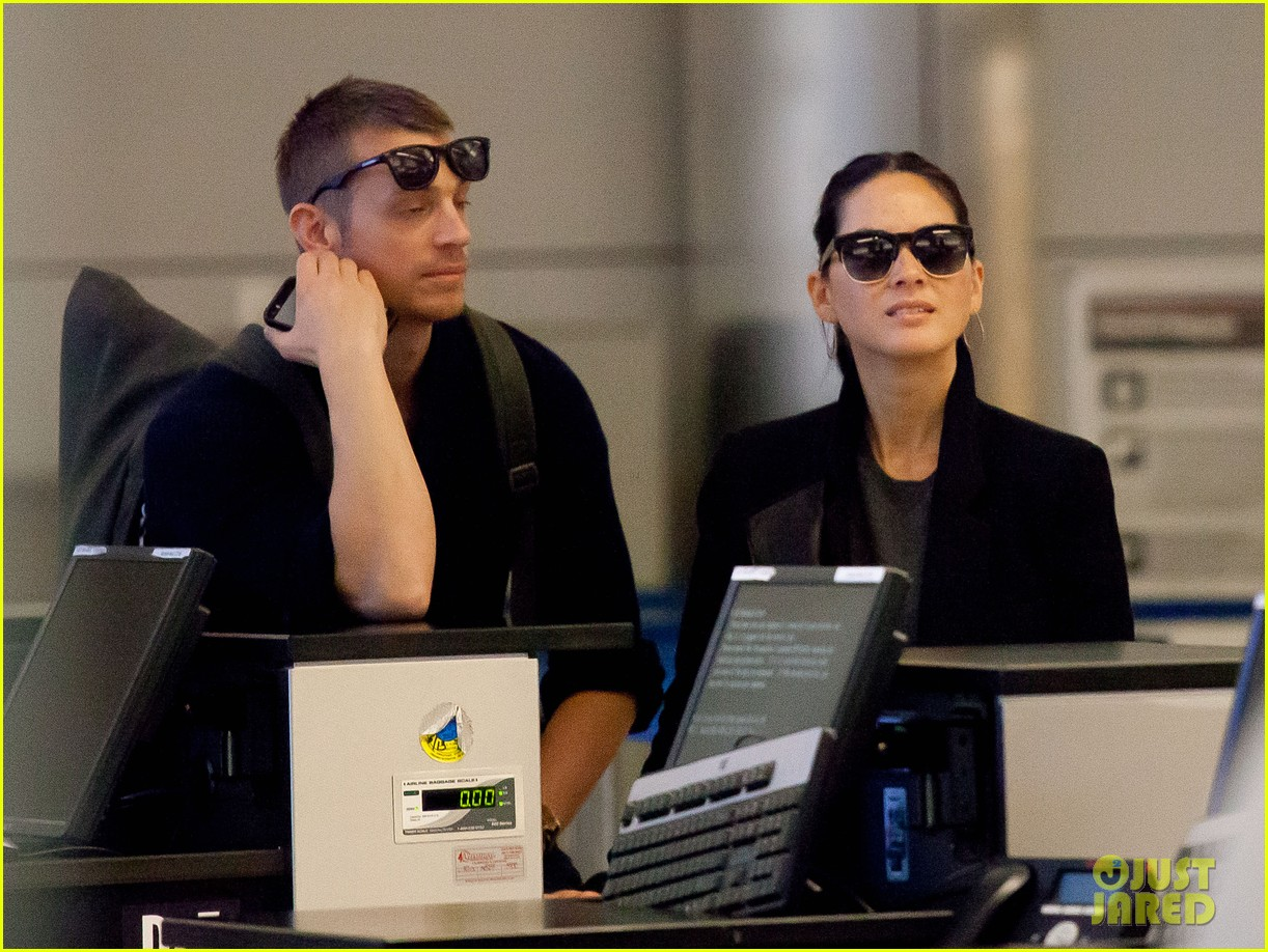 joel kinnaman sneaks in a kiss with olivia munn at lax 053050445