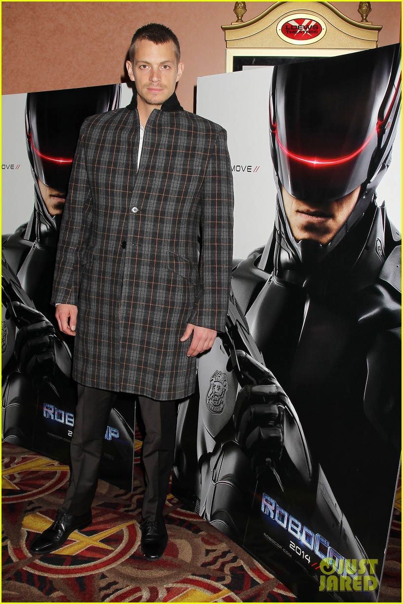 joel kinnaman surprises young fans at robocop screening 18