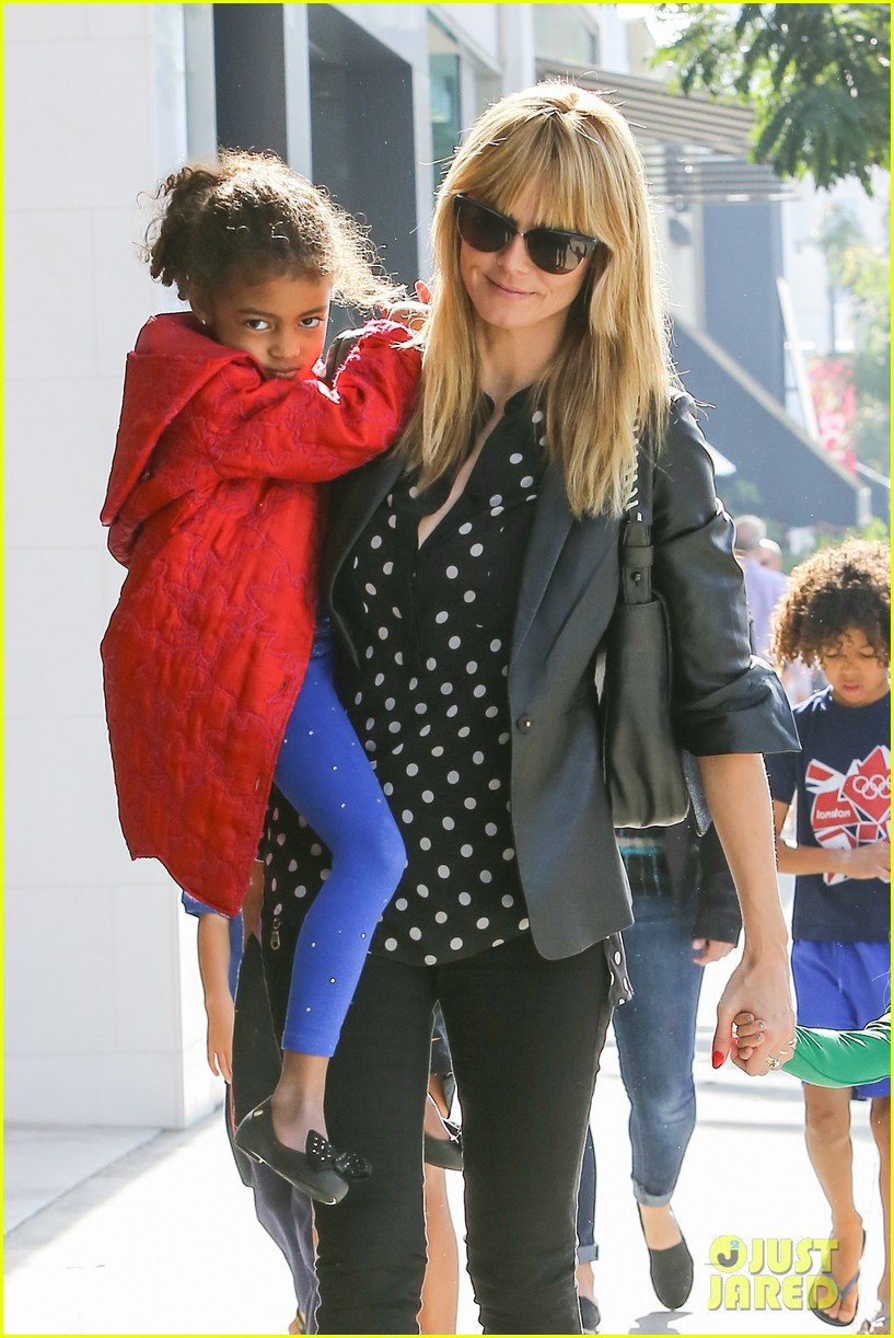 heidi klum has fun day with the harlem globetrotters 133055017