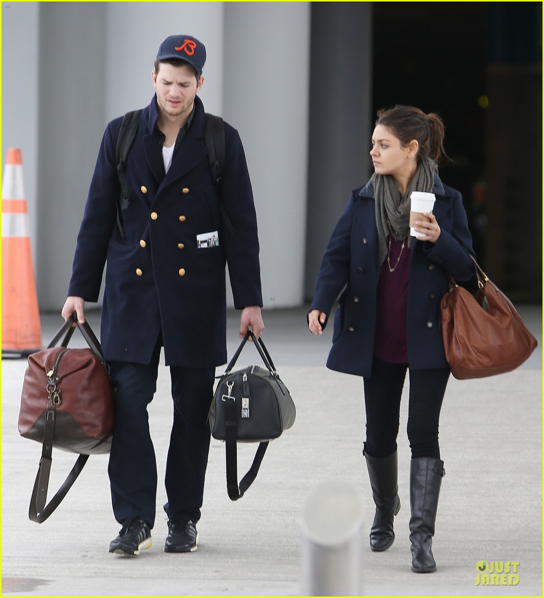 ashton kutcher mila kunis jacksonville airport departing couple 03