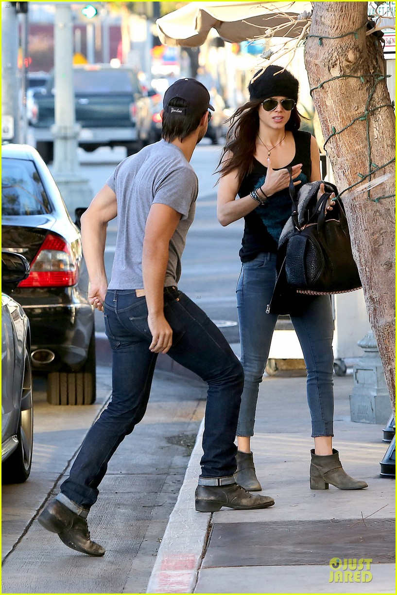 taylor lautner marie avgeropoulos hold hands for dinner 10