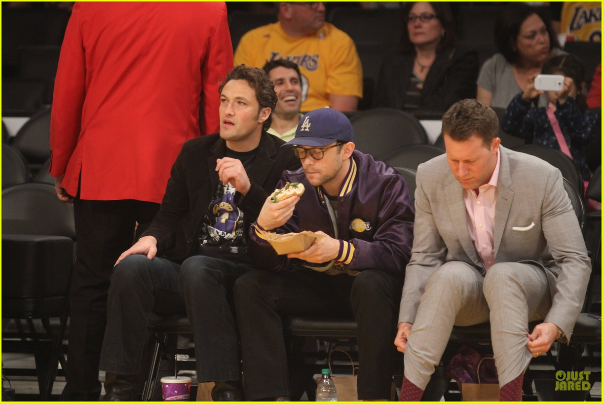 joseph gordon levitt laughs out loud at lakers game 10