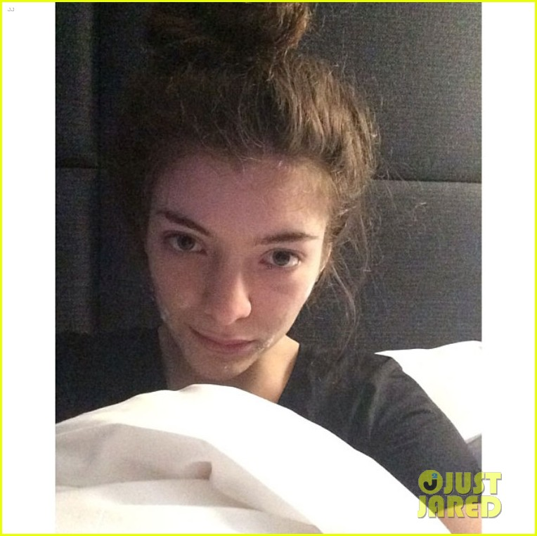 lorde goes makeup free wears acne cream to bed 03