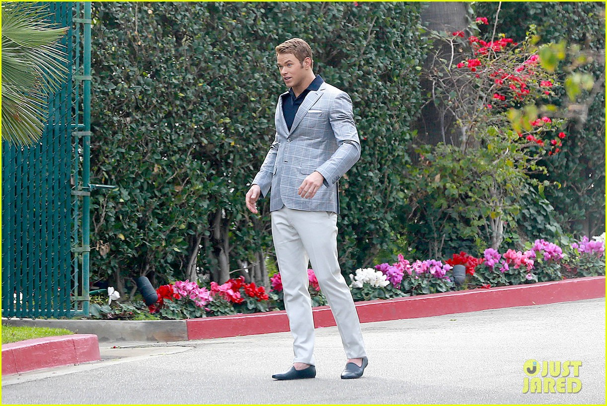 kellan lutz will support red carpet green dress at oscars 2014 19