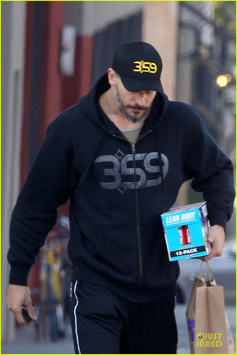 joe manganiello works for a lean body at the gym 043051683