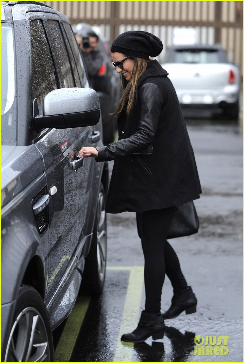 lea michele heather morris walk arm in arm in rainy la 09