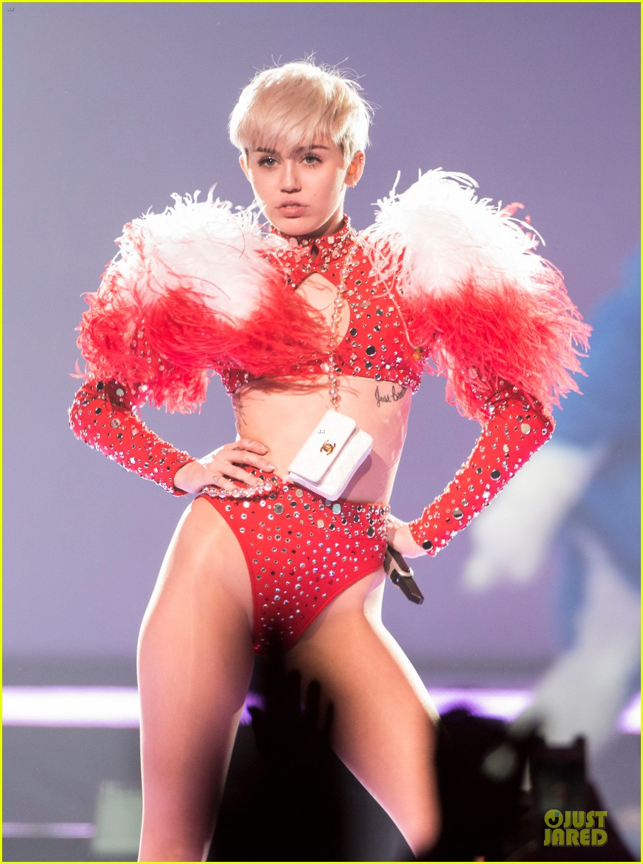 miley cyrus sticks out tongue on bangerz tour opening night 06