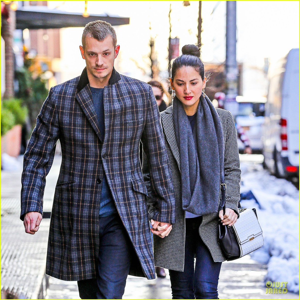 olivia munn joel kinnaman hold hands on wet valentines day 023053596