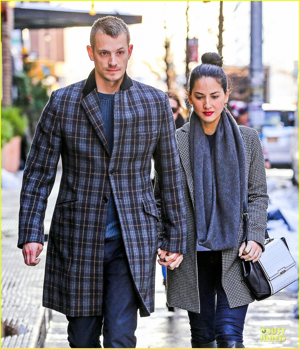 olivia munn joel kinnaman hold hands on wet valentines day 04