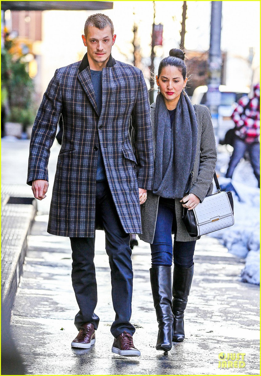 olivia munn joel kinnaman hold hands on wet valentines day 053053599