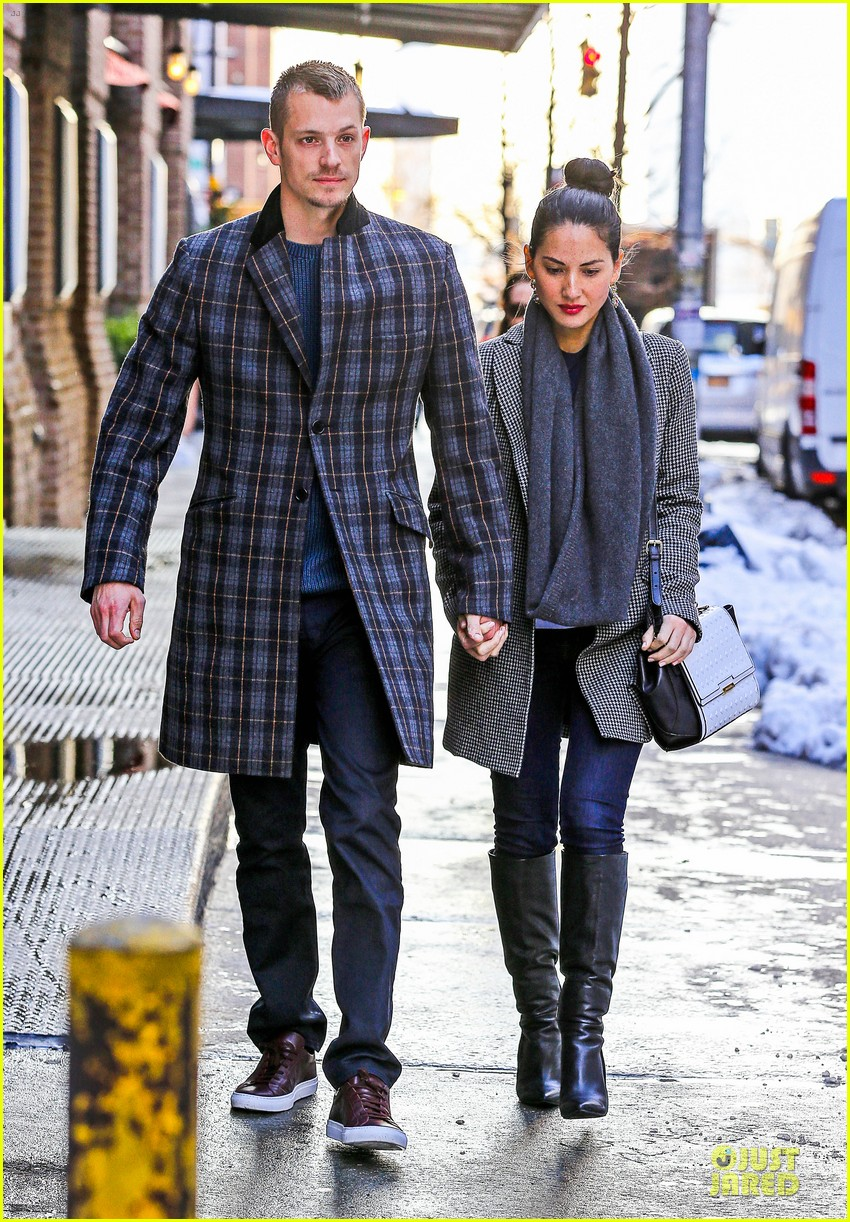 olivia munn joel kinnaman hold hands on wet valentines day 06