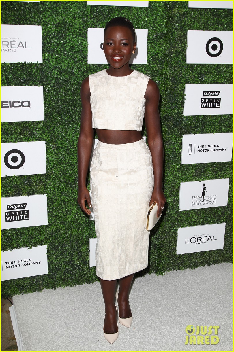 lupita nyongo makes a headband the perfect accessory 013061761