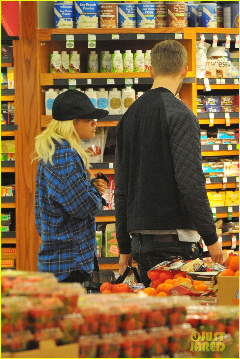 rita ora cant keep her hands off boyfriend calvin harris 263048929