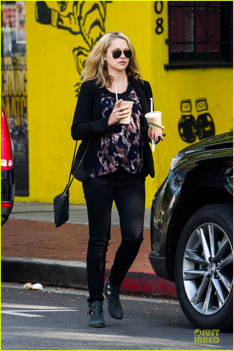 teresa palmer satisfies pregnant cravings with two smoothies 173045381