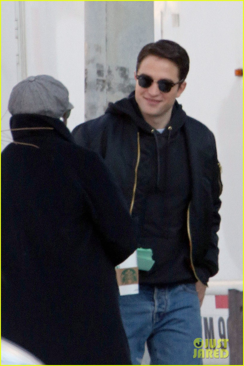 robert pattinson shaves his face rocks clean shaven look for life 01