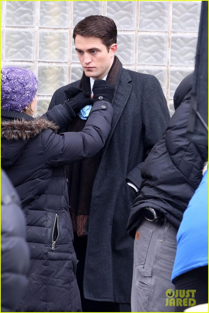 robert pattinson wears his suit well on life set with dane dehaan 02