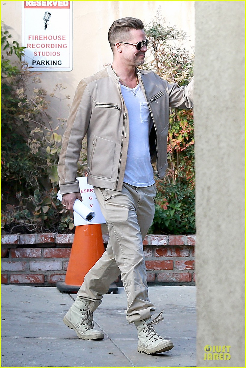 brad pitt exits pasadena studio with secret script 013049844