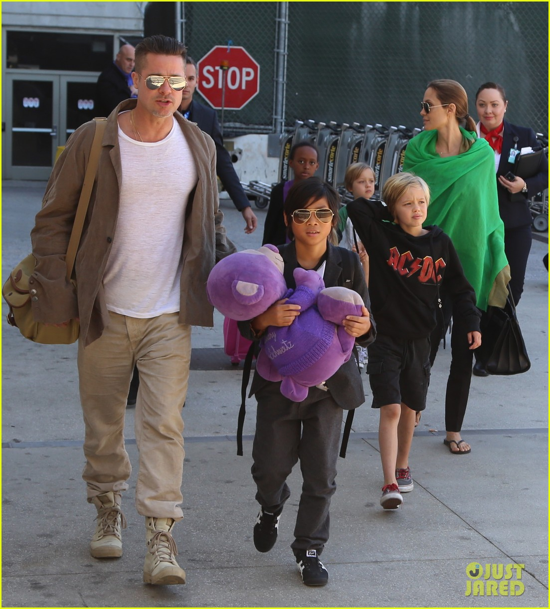 angelina jolie brad pitt all six kids land in los angeles see the new pics 143047991