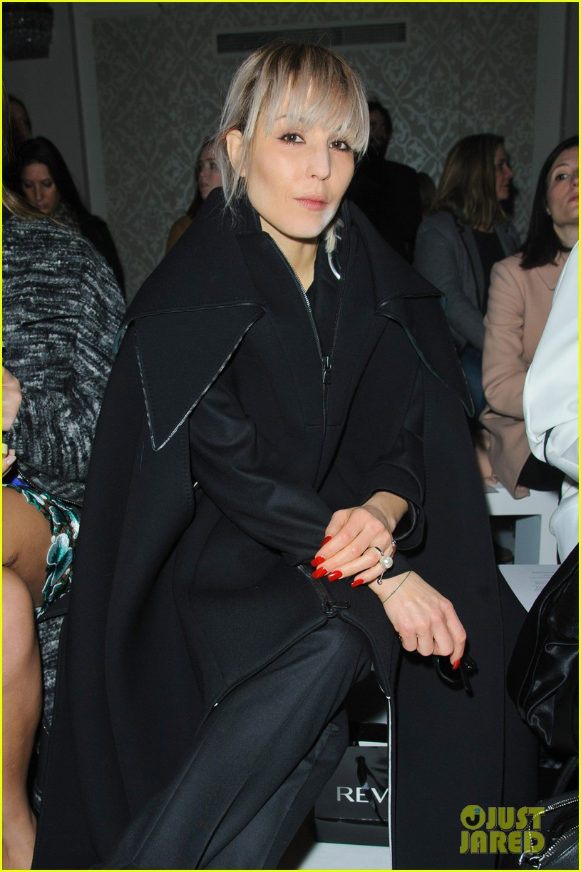 noomi rapace antonio berardi fashion show in london 01