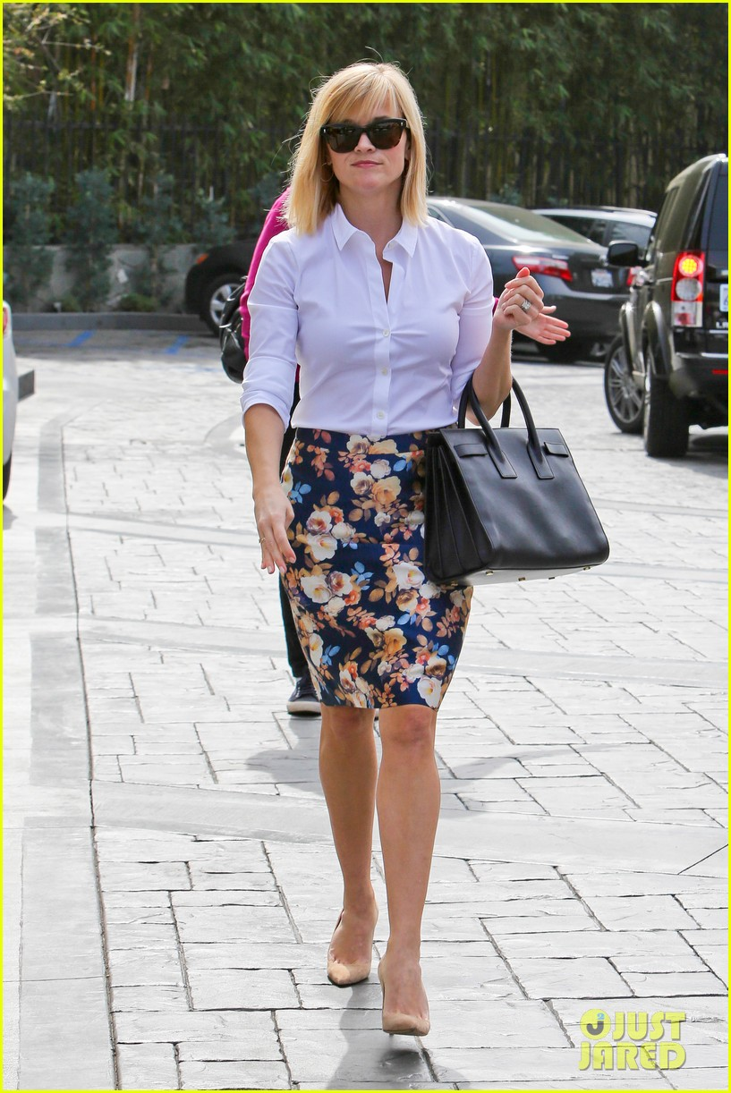 reese witherspoon embraces warm la weather after week in new york 01