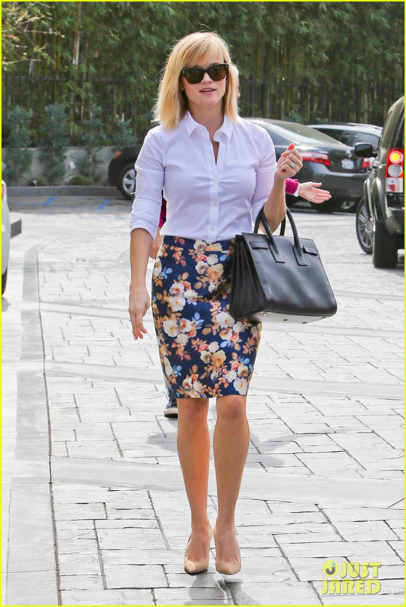 reese witherspoon embraces warm la weather after week in new york 063056181