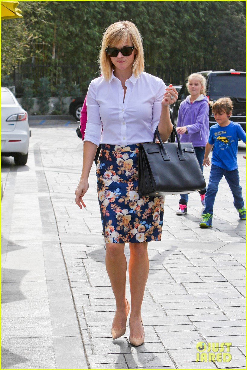 reese witherspoon embraces warm la weather after week in new york 08