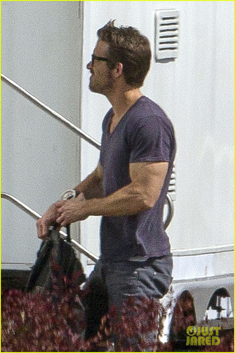 ryan reynolds is geek chic still super hunky on movie set 043057571