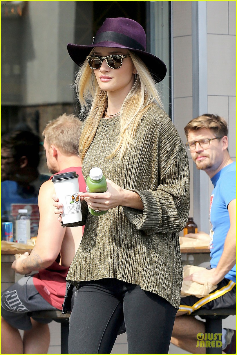 rosie huntington whiteley turns heads with clover juice 02